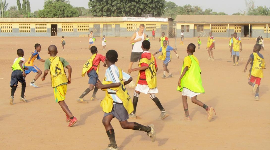 ガーナの子供たちにサッカーを教える高校生ボランティア